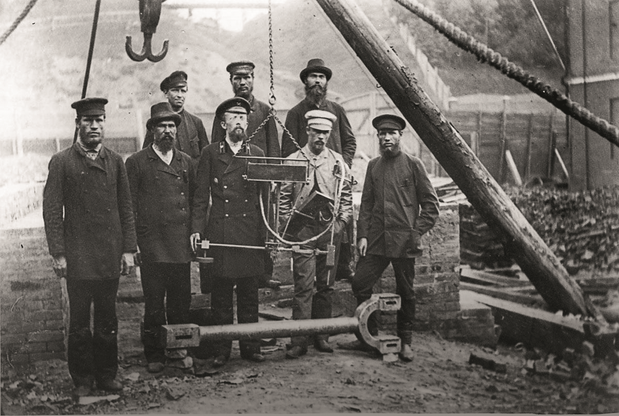 Nikolay Slavyanov (in the middle) and workers of Perm cannon plant